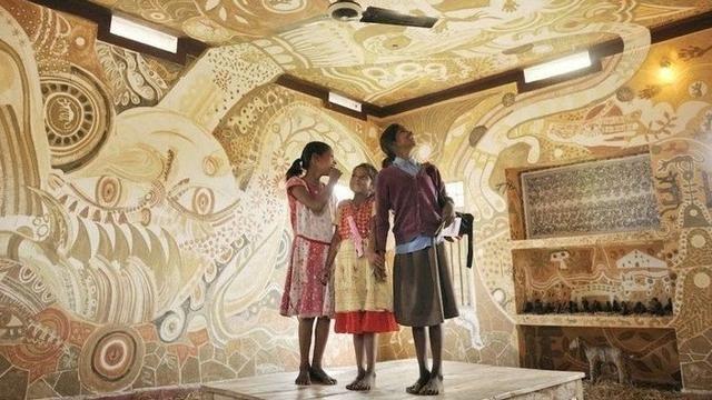 Cantiknya Dekorasi Ruang Kelas dari Lukisan Lumpur