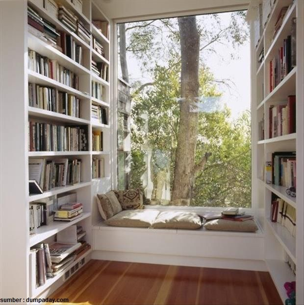 Pojok ruangan bisa Anda sulap menjadi perpustakaan dan ruang baca mini dengan membuat rak tinggi yang menempel dengan dinding Sisakan ruang kecil di