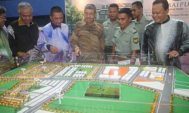 Ahmad Bashah Md Hanipah bersama anggota tentera melihat pelan