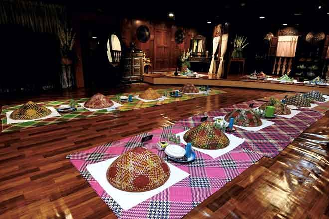 Dekorasi tradisional ruang makan dipamerkan sempena Majlis Perasmian Sambutan Hari Kraf Kebangsaan di Kompleks Kraf Kuala