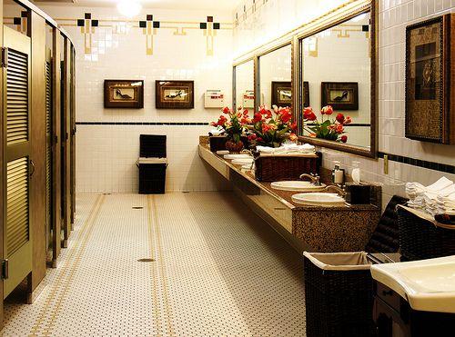 Tumbuhan indoor dalam bilik air memberikan kesegaran segera pada ruang Menurut kajian NASA Clean Air Study tumbuhan juga bertindak sebagai agen