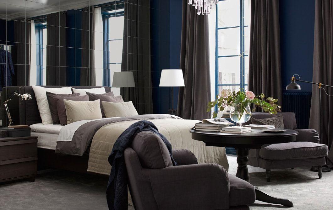 Bilik tidur dengan dinding ada cermin katil dengan banyak tekstil kerusi berlengan lampu