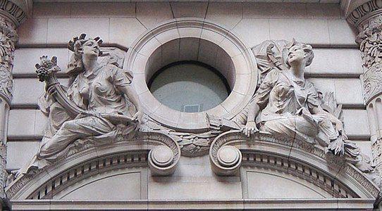 Hiasan bangunan Beaux Arts membentangkan imej imej dewi Rom es Pomona dan Diana Perhatikan semulajadi postur dan rastikasi dari ukir batu tersebut