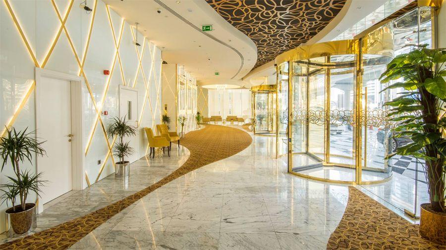 Hiasan dalaman Gevora Hotel Dubai juga berwarna emas Foto dubaiholidays