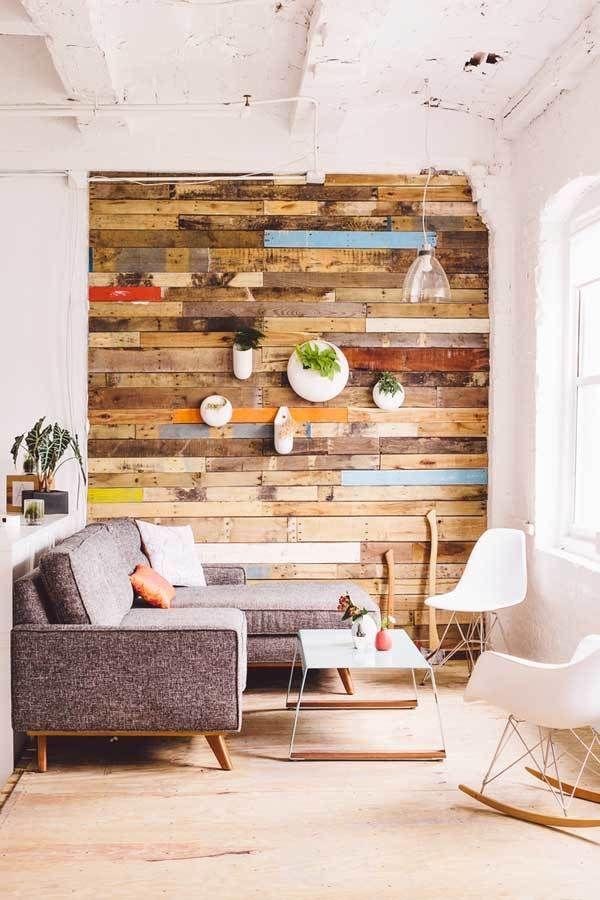 Jika ingin membuat salah satu ruangan beda dari yang lainnya kamu bisa menutup satu sisi dindingnya dengan kayu lama yang sudah gak terpakai