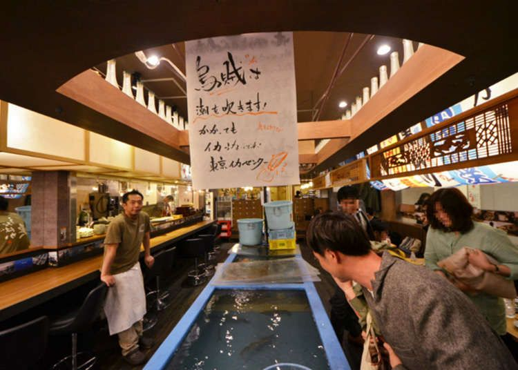 Di dalam kedai dengan suasana yang meriah terdapat tangki ikan yang panjang Hiasan dalaman kedai juga dihiasi seperti di pasar ikan atau di pesta