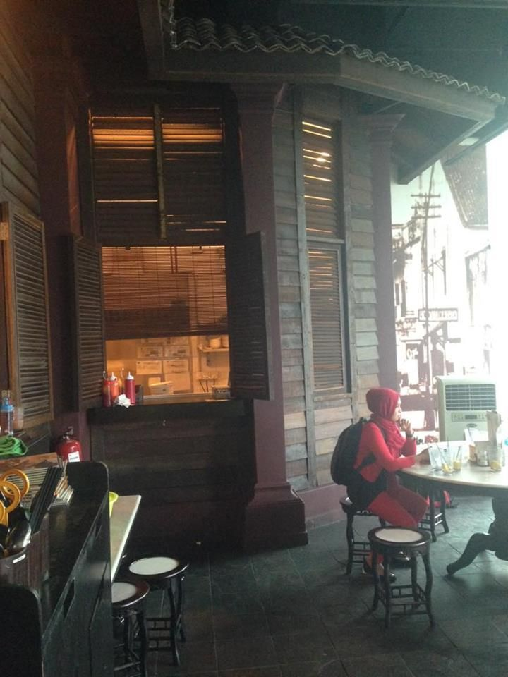 Dekorasi Hiasan Dalam Kedai Makan Sedap KL di Old Town White Coffee yang ala ala kampung tahun 80an