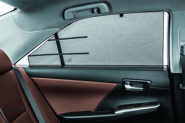 Tirai langsir serta pelekat hiasan yang dipasang pada cermin kenderaan merupakan satu kesalahan