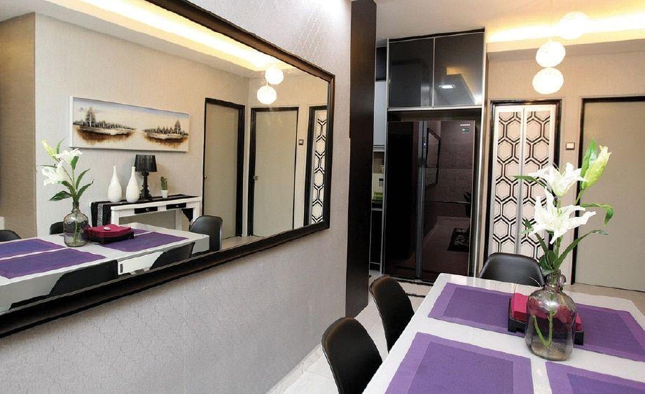 Cermin Hiasan Pada Dinding Di Ruang Makan Memberikan Visual Lebih Luas