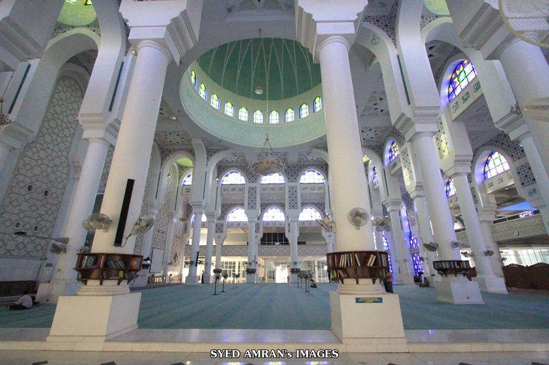 Asma al Husna berbentuk khat memenuhi dinding masjid dan ayat ayat al Quran menjadi sebahagian hiasan dalam bangunan ini