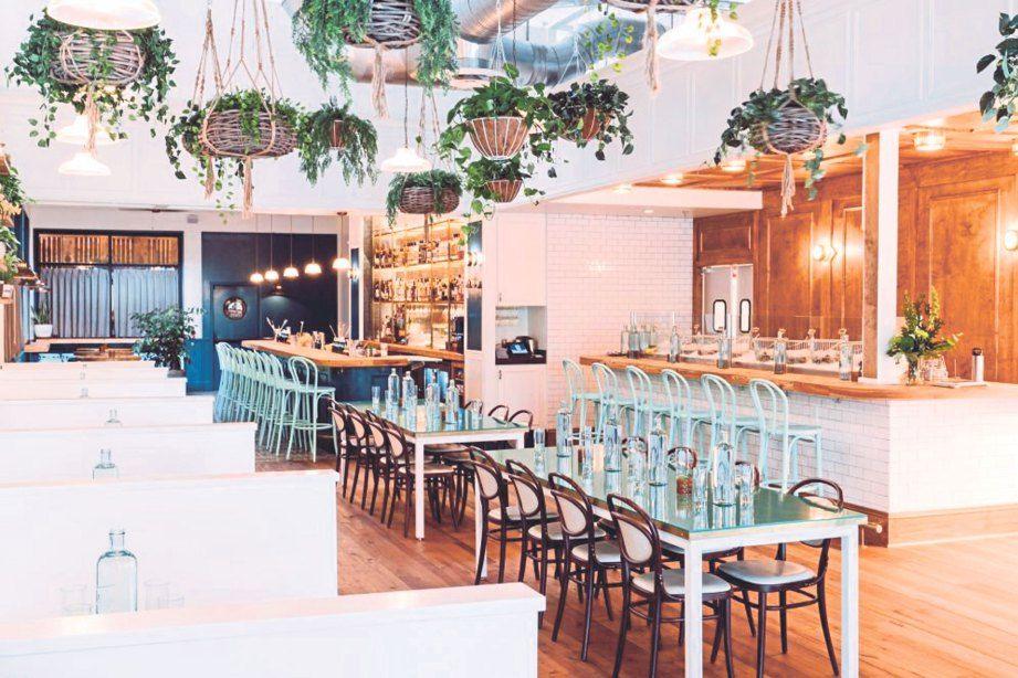 TANAMAN hiasan tergantung menyerlahkan lagi suasana restoran Watchman s Seafood & Spirits