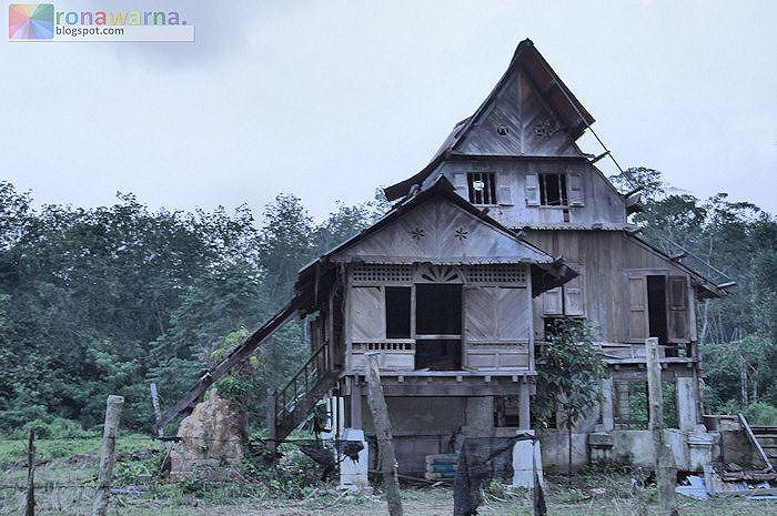 Gambar 1 Rumah usang berdiri sepi di tepi sebatang jalan di Bongek menanti rebah ke bumi