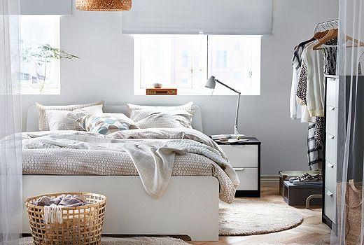 Rangka katil IKEA ASKVOLL yang berwarna putih di dalam bilik tidur kontemporari yang terang dengan perabot