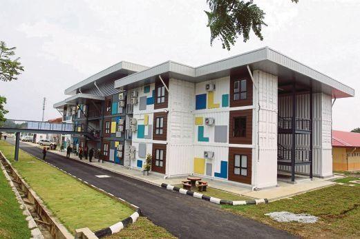 BANGUNAN Teknologi Hijau Universiti Malaysia Pahang Gambang yang menggunakan kontena terpakai menempatkan bilik pensyarah Foto Halim Mat Ali