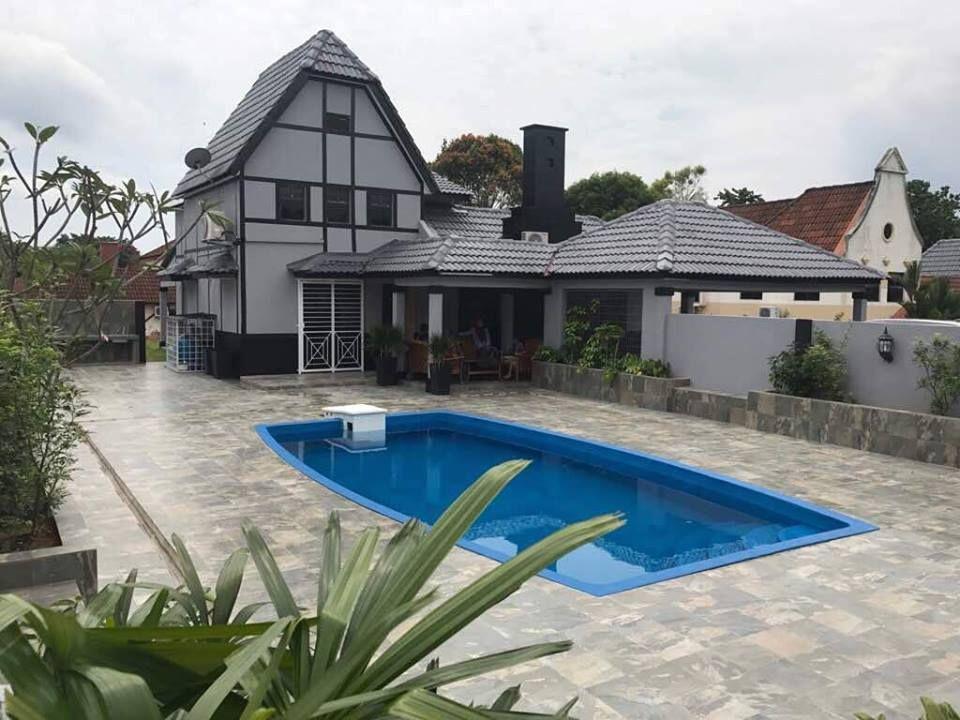 Villa Seri Selangor di A Famosa Resort ini merupakan agam 4 bilik yang besar dengan kemudahan kolam renang biru yang nyaman