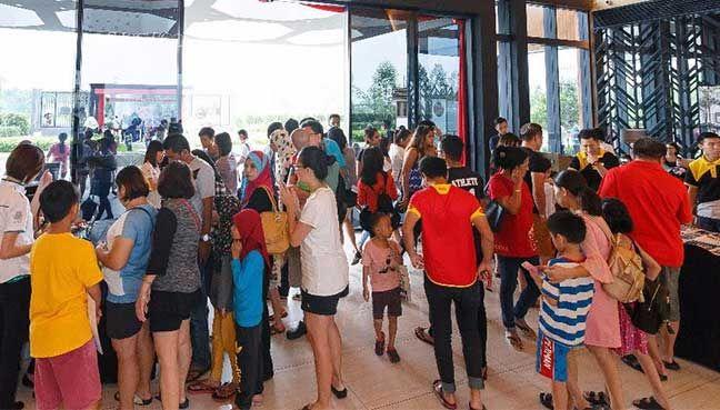 Orang ramai memenuhi ibu pejabat Eco World untuk memohon Rumah Selangorku