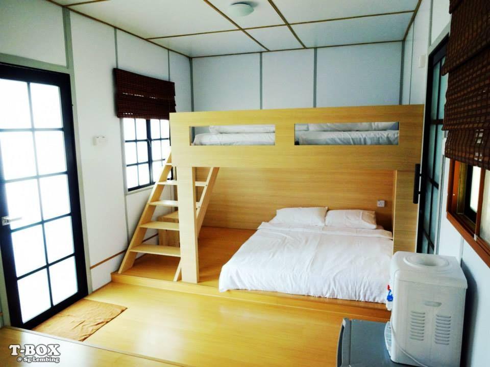 Katilnya mempunyai 1 double bed & 2 single bed Ada living hall berlatar belakang Ombak Gunung Fuji Bunga Sakura dan Tulisan mural