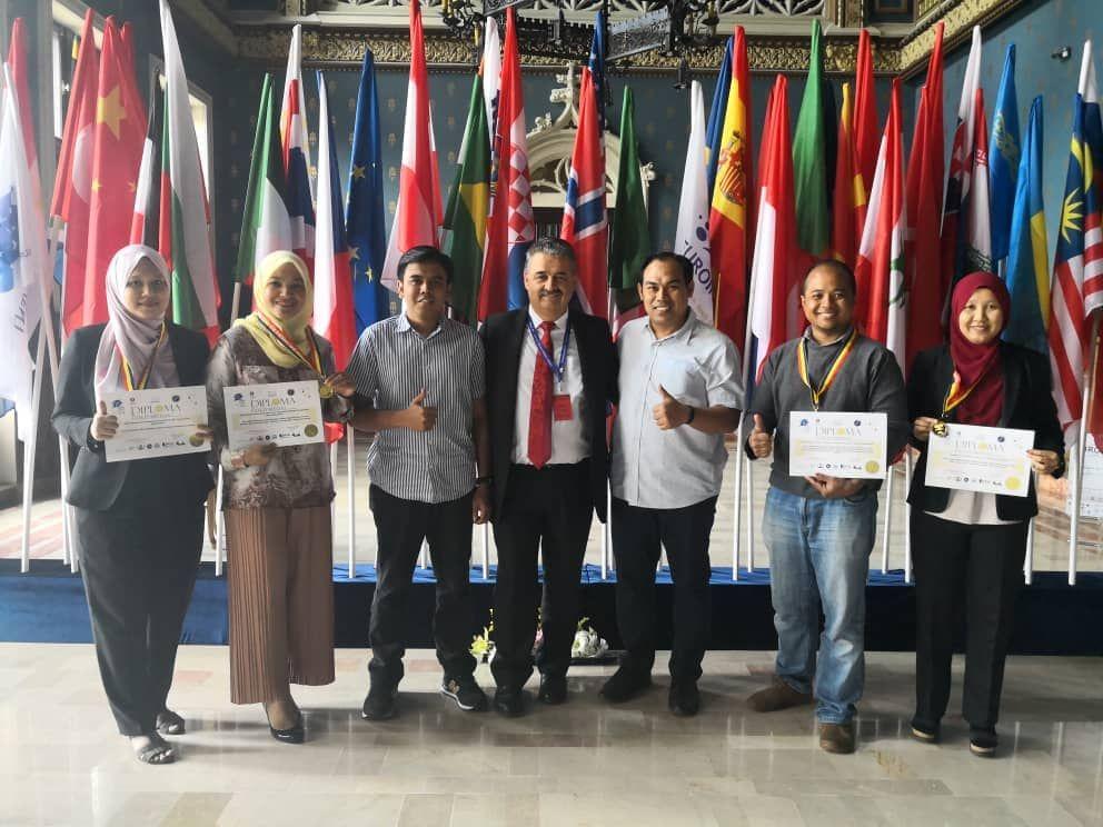 Delegasi UniMAP diketuai Prof Madya Dr Mohd Mustafa tiga dari kanan meraikan kejayaan membawa pulang empat pingat emas sempena EUROINVENT 2018 di Iasi