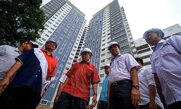 MUSTAPA MOHAMED tiga dari kiri meninjau Projek Pe an Rakyat