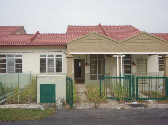 WHAT kecik mcm ni da 200k pitam weihh hahaha that house exactly like my parents house back in Perak 27 years ago diorg beli dgn harga 34k