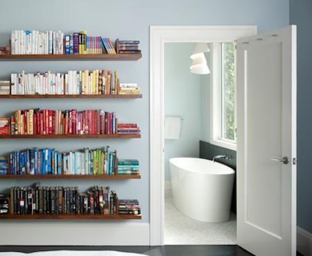 Sekiranya anda mempunyai koleksi buku yang banyak anda boleh menyusun buku mengikut warna pada rak dinding bilik anda Koordinasi warna ini boleh
