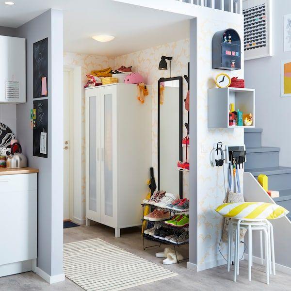Rak kasut jaring hitam IKEA GREJIG dan almari kecil ANABODA berwarna putih adalah penyelesaian ruang kecil