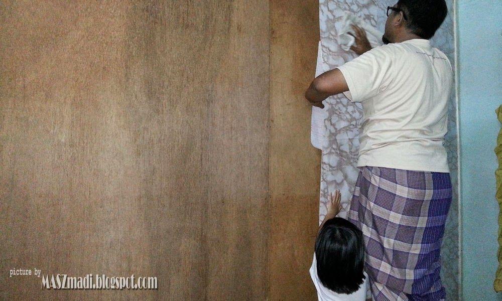 kerja menampal wallpaper pon dimulakan dengan kerjasama anak dara kesayangan