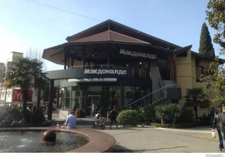 Berhampiran Laut Hitam McDonald s ini mempunyai teres besar dan balkoni di tingkat dua Restorann McDonald s ini adalah salah satu daripada lima yang