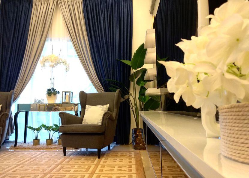 Pemilihan langsir dari rona biru gelap yang disuai padankan dengan warna kelabu memberi karakter tersendiri pada ruang tamu
