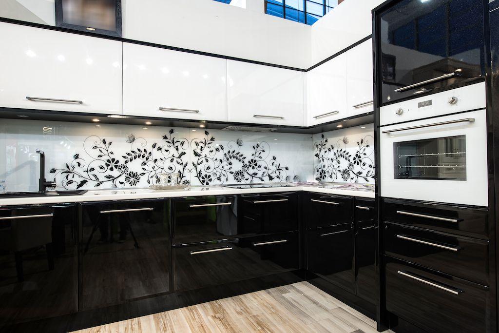 Dekorasi dapur terkini dengan tema hitam dan putih