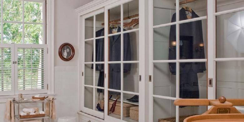Desain lemari pakaian ini bernuansa spa terinspirasi dari kamar mandi di awal 1900 an Lemari ini memiliki pintu geser berwarna putih