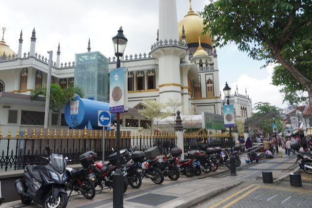 Masjid Sultan merupakan sebuah masjid yang tertua dia Singapura Senibina dia sangat unik dan menjadi tarikan untuk pelancong menunaikan solat semasa