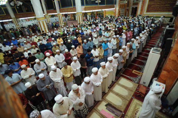 Ketika bulan Ramadhan ada seorang lelaki tua yang datang untuk solat terawih Usianya dalam lingkungan 80 tahun dan berjalan ke masjid