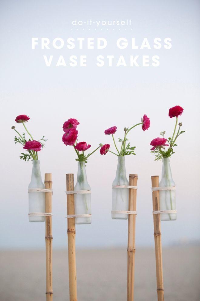 Pajang bunga di dalam botol dan sebatang bambu Dengan begitu venue pernikahanmu akan terlihat manis dan unik tanpa harus keluar banyak biaya