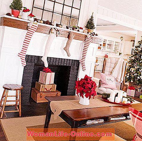 seluruh ruang tamu anda dan cara terbaik untuk memamerkan hiasan Natal vintaj kegemaran anda Paparkan kad pada pengatis atau pintu antik