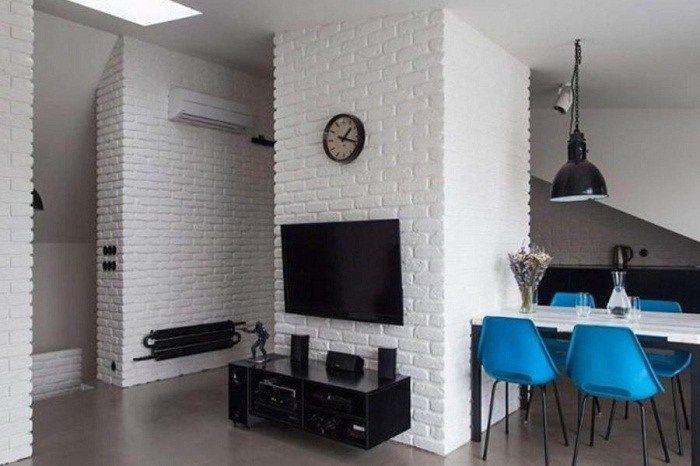 Sebelum itu perlu untuk menghapus semua tanda dari dekorasi sebelumnya dan juga untuk merawat dinding dengan solusi cat untuk mencegah perembesan dinding