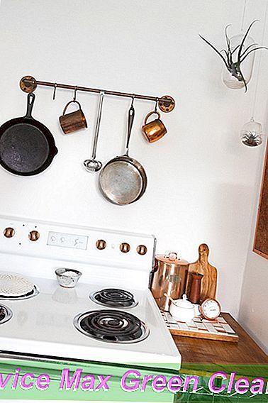 Di Blanca & Cody s Oaxaca Inspired pact Cottage beberapa periuk dan beberapa cawan logam menggantung di atas dapur sedia digunakan