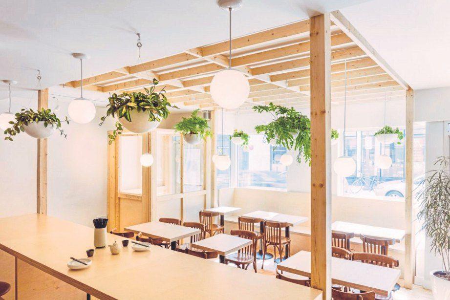 STRUKTUR kayu yang menyokong tanaman di restoran Jepun Hono Izakaya