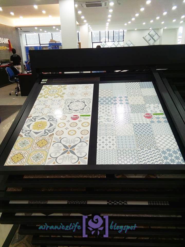siap ada escalator untuk naik ke atas Tak lah macam typical kedai tiles yang murah berhabuk