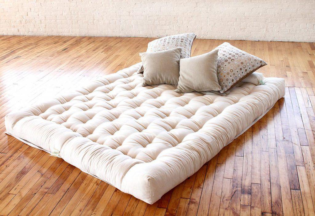 Juga di bilik tidur sering menetapkan meja tepi katil yang mudah untuk menyimpan pelbagai perkara Mereka dapat dicapai dengan mudah pada saat anda sudah