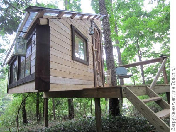 Rumah ini berdiri di atas panggung dan tidak terletak secara langsung di atas pokok itu tetapi reka bentuk dan reka bentuknya membolehkan anda untuk