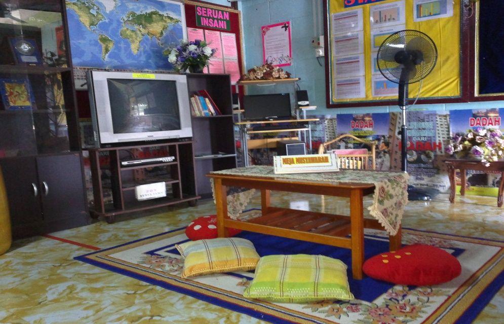 Susunan perabot rapi kemas dan teratur sesuai untuk ruangan seisi keluarga