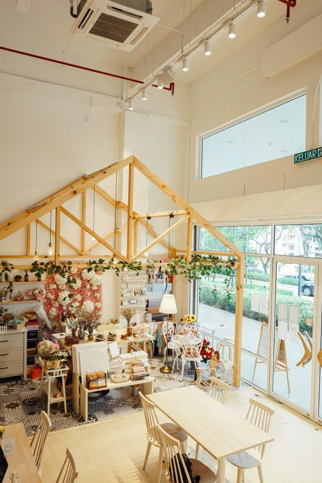 Kalau masuk kafe ini akan nampak hiasan deko bunga yang menarik Kafe ini juga menjual dekorasi bunga poskad
