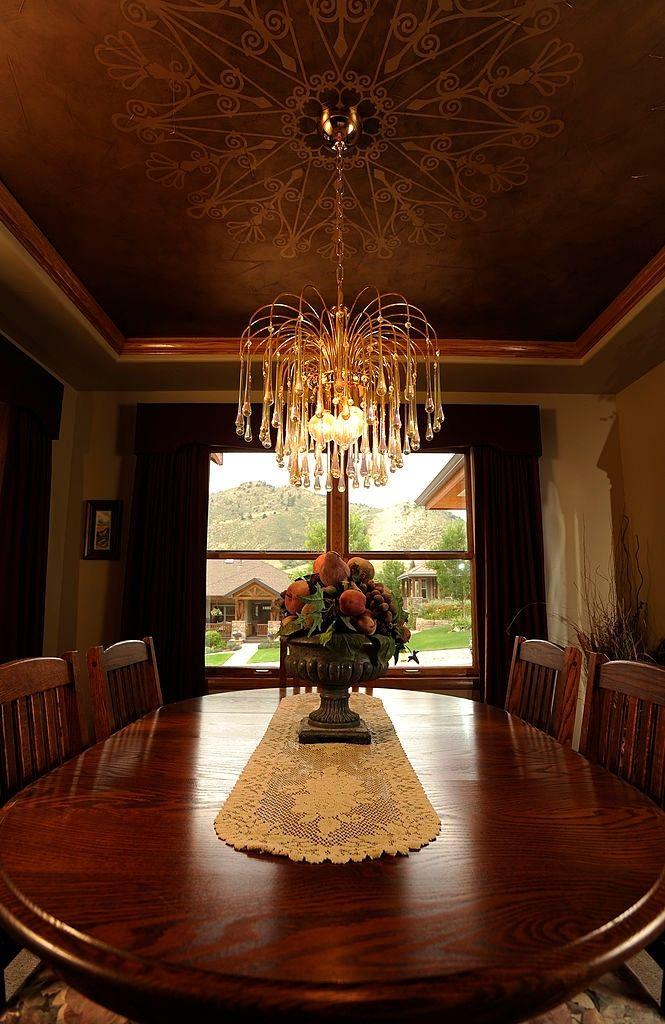 Stail terkini rekabentuk dalaman ialah menggunakan perabot dengan elemen warna emas atau gold Tidak semestinya perabot tersebut keseluruhannya berwarna