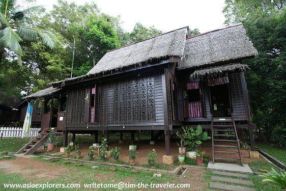 Bahan bahan pembinaan ini terdiri daripada kayu cengal dan meranti manakala atapnya daripada rumbia