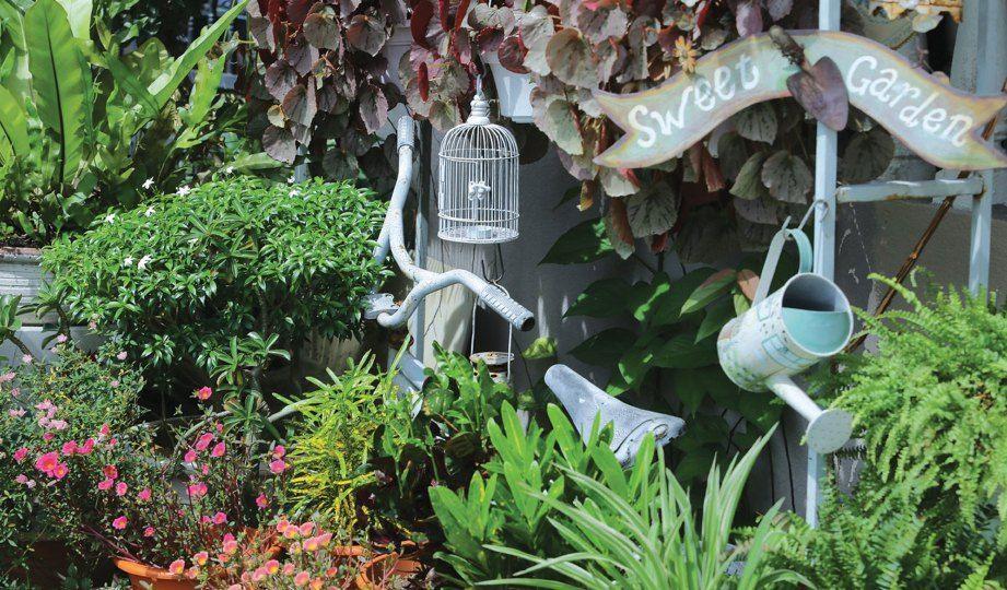 MENYUNTIK elemen ala Inggeris menerusi basikal sangkar dan penyiram bunga hiasan