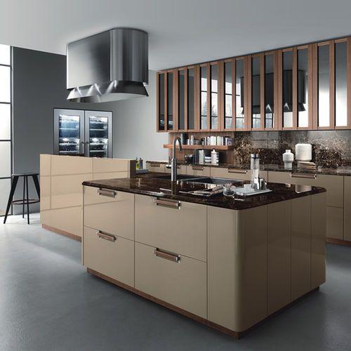 Dalam kes apabila zon dapur berlaku apabila menggunakan permukaan pelbagai peringkat elemen apron dapur dapat menghias