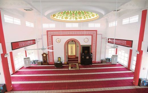 SEBAHAGIAN daripada reka bentuk dalaman masjid Foto Muhaizan Yahya