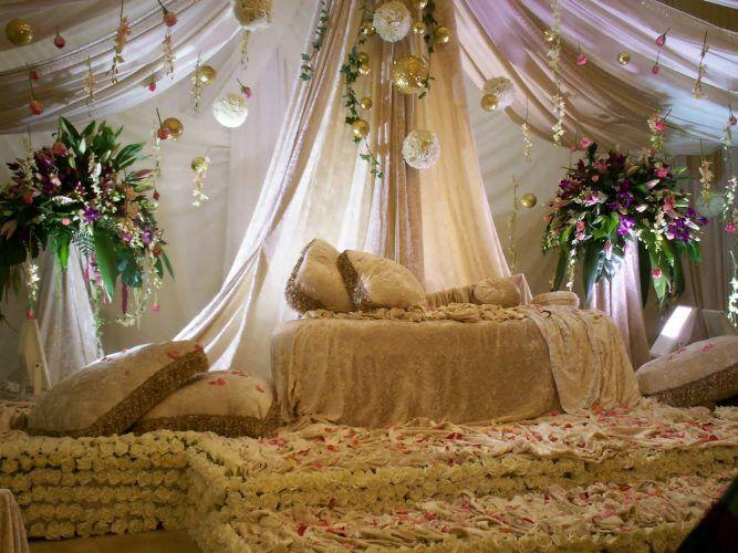 Nah berikut ini beberapa contoh dekorasi pelaminan pengantin terbaru yang bisa anda jadikan sebagai referensi