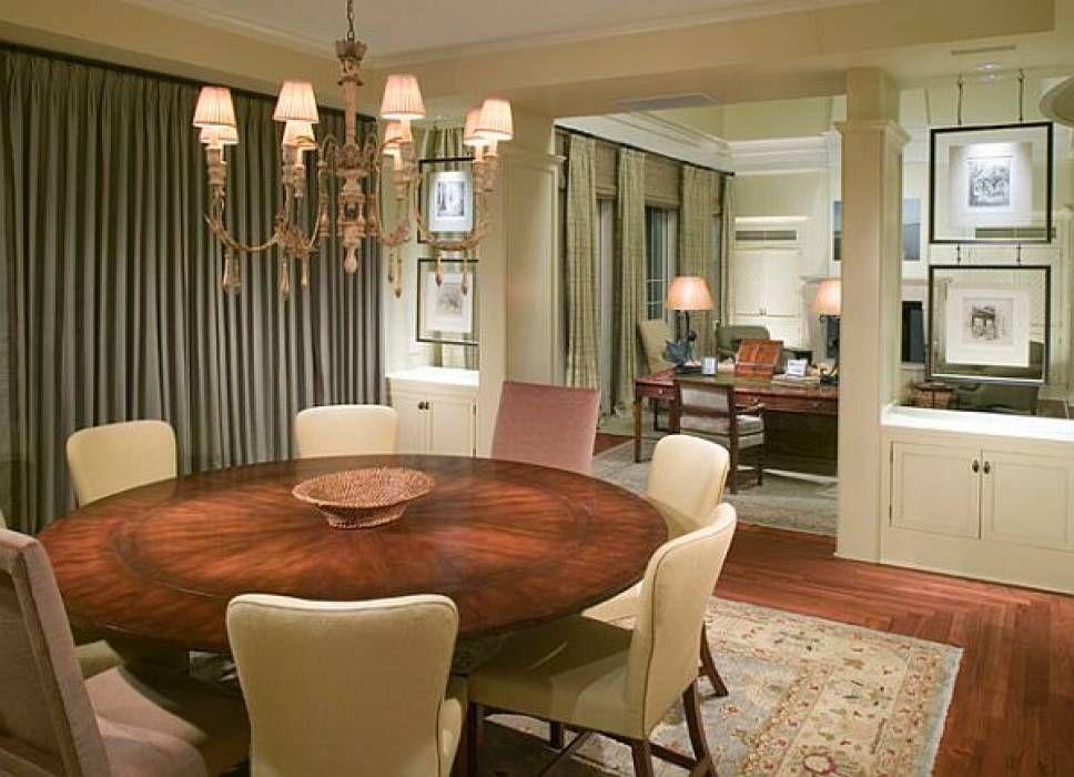 Jadual di dinding apabila membahagikan ruang tamu ke dalam zon seringkali kes sebuah meja dipasang di sepanjang dinding Susunan sedemikian menjimatkan